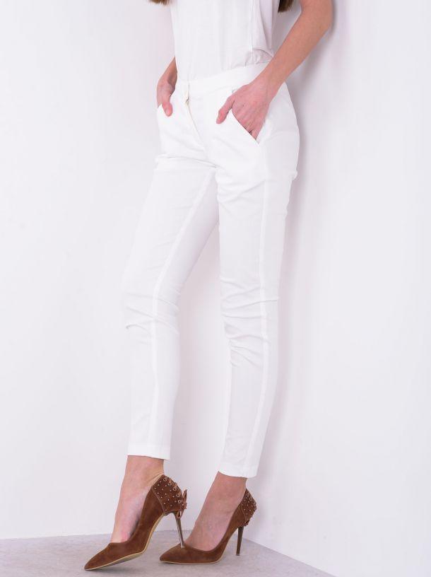 Bele pantalone sa kosim džepovima