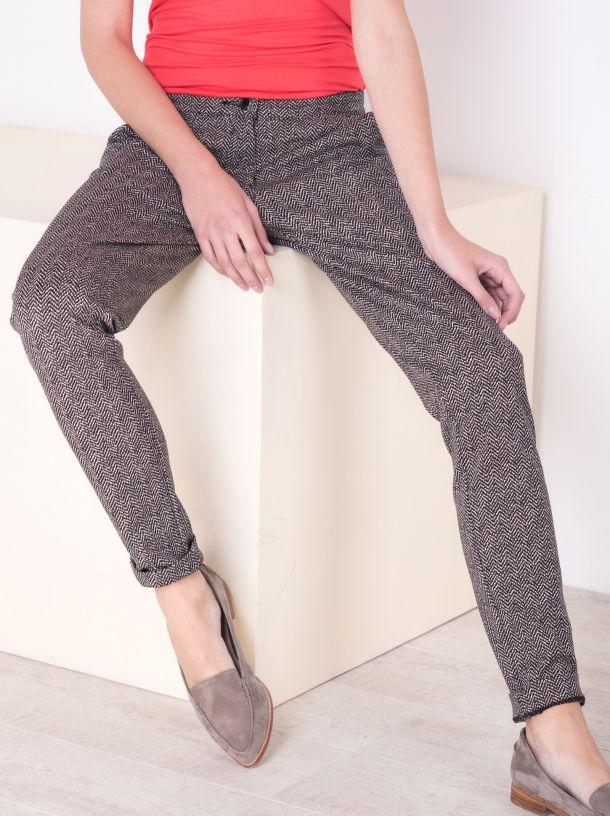 Pantalone sa geometrijskim dezenom