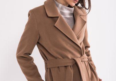 Moderan ženski kaput kamel