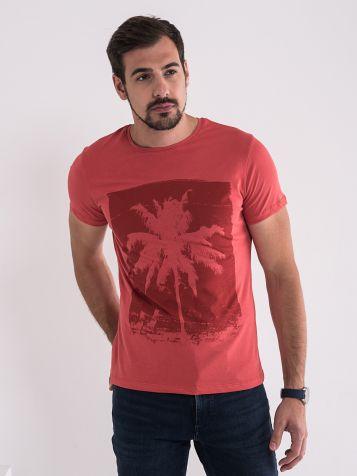 Atraktivna crvena maica